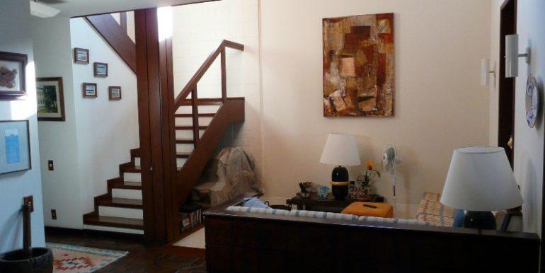 escada para o 2o andar e sala de estar
